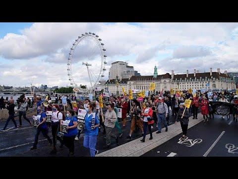 شاهد: مسيرة في لندن للعاملين في قطاع الصحة للمطالبة بزيادة الأجور…