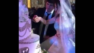 Красивая кавказская свадьба - жених и невеста разрезают свадебный торт