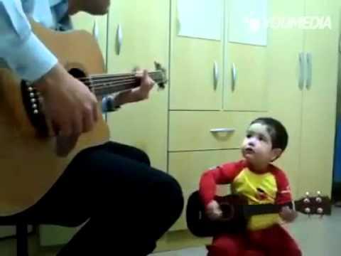 Un bimbo di 2 anni suona e canta insieme al suo papà Don't Let Me Down
