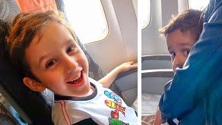 Andando de Avião com Paulinho e Toquinho | Crianças Viajando de Avião com a Família