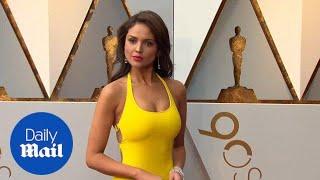 Va-va-va-voom! Eiza Gonzalez wows in yellow gown at Oscars 2018 - Daily Mail