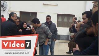 بالفيديو.. انهيار ابنة صلاح رشوان لحظة خروج جثمانه من مسجد الصديق