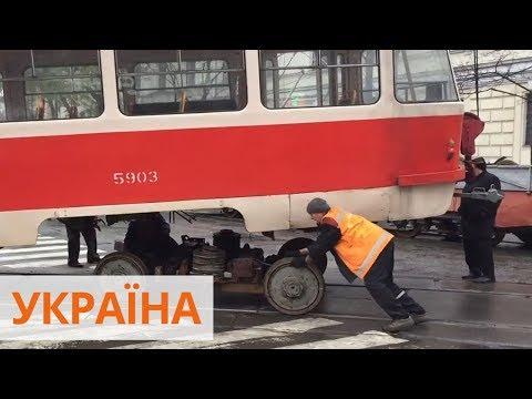 В днище дыра, детали сматывают тряпками - состояние киевских трамваев