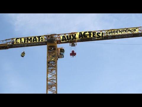 شاهد: لافتة ضخمة فوق كاتدرائية نوتردام عن المناخ وعمل الحكومة الفرنسية…  - 18:58-2020 / 7 / 9