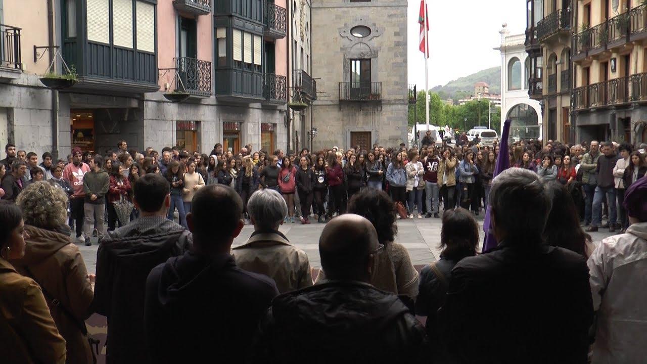 Herriak bat egin zuen Tolosan gertaturiko bortxaketaren aurkako kontzentrazioan