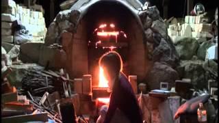 京都府亀岡市東本梅町の陶芸家・中井絵夢さん。平安時代と同じ「穴窯」...