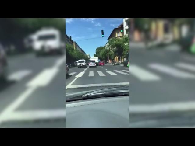 Budapest legfigyelmesebb vezetője: simán leszorította a páncélozott kamiont kísérő rendőrt
