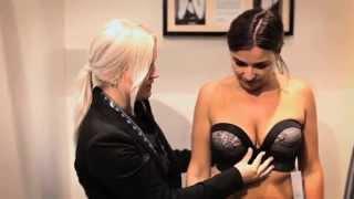 Lingeri fitting af kvinde med større barm