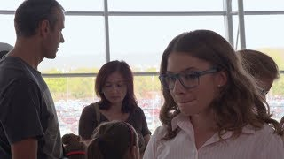 OTECKOVIA - Alex s Maxom hľadajú Emu na letisku