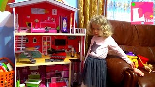 Лиза играет в кукольный домик в красивом домике для детей, Дом для куклы, Девочка играет с мамой