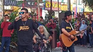 Download lagu Dia bekas penyanyi Ukays..  Patutlah sedap ( Rhythm Si Jantung Hati )