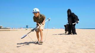 Стефан и Горилла Нашли Много Игрушек На Пляже. ИГРУШКА - ИСКАТЕЛЬ