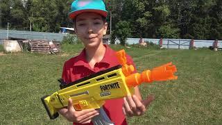 Андрей и Алекс разбивают гигантские пирамиды из стаканчиков мини байком и машинками