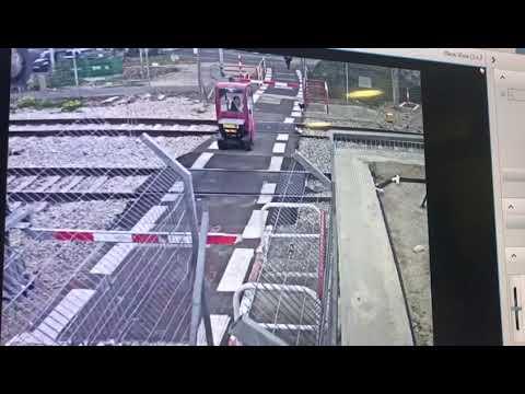 נהג הקלנועית פרץ לשטח מפגש המסילה בקרית מוצקין (צילום: מוקד הבטיחות של רכבת ישראל)