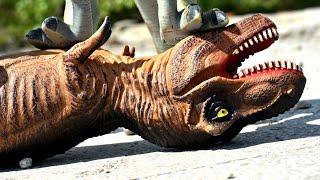 Jurassic World Tyrannosaurus Rex vs Raptor. Dinosaurs Toys Park Battle