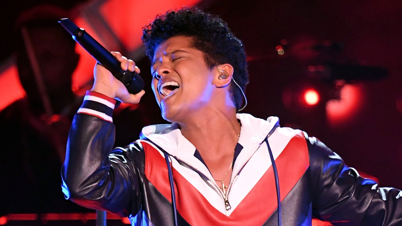 """Bruno Mars Gives SEXY """"That's What I Like"""" Performance At"""