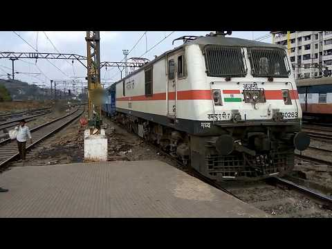 12534 Mumbai Lucknow Pushpak Express arriving at Kalyan