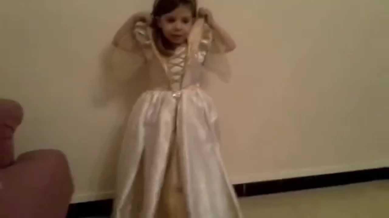 enfant 4 ans chante la reine des neiges