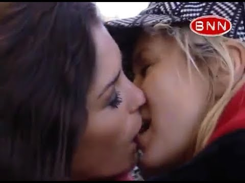 Download YOLANTHE CABAU Kissing a woman - Rare