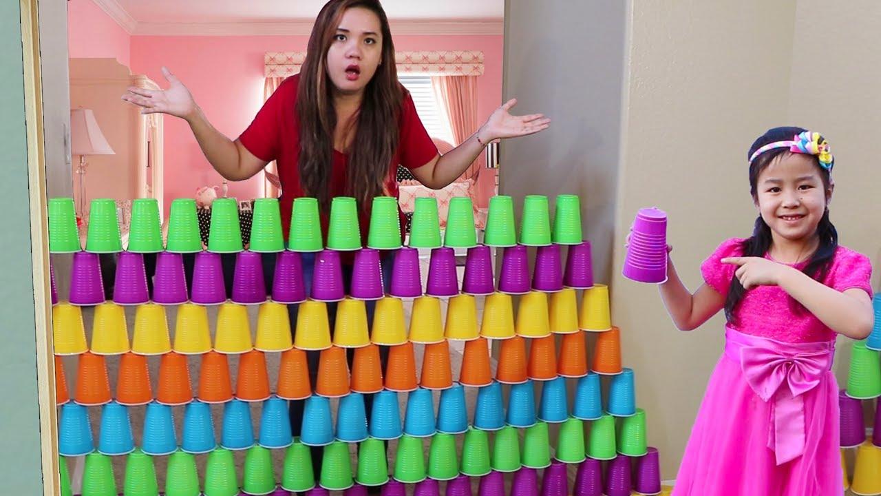 Jannie construye Valla  GIGANTE Y COLORIDA  con vasos  y juega con JUGUETES DE HELADO