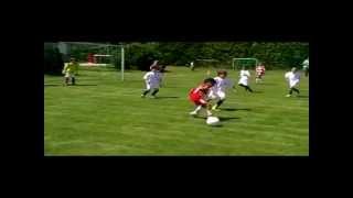 Cậu bé 7 tuổi chơi bóng như Ronaldinho và Messi