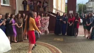 Русский парень танцует лезгинку на свадьбе в Адыгее.