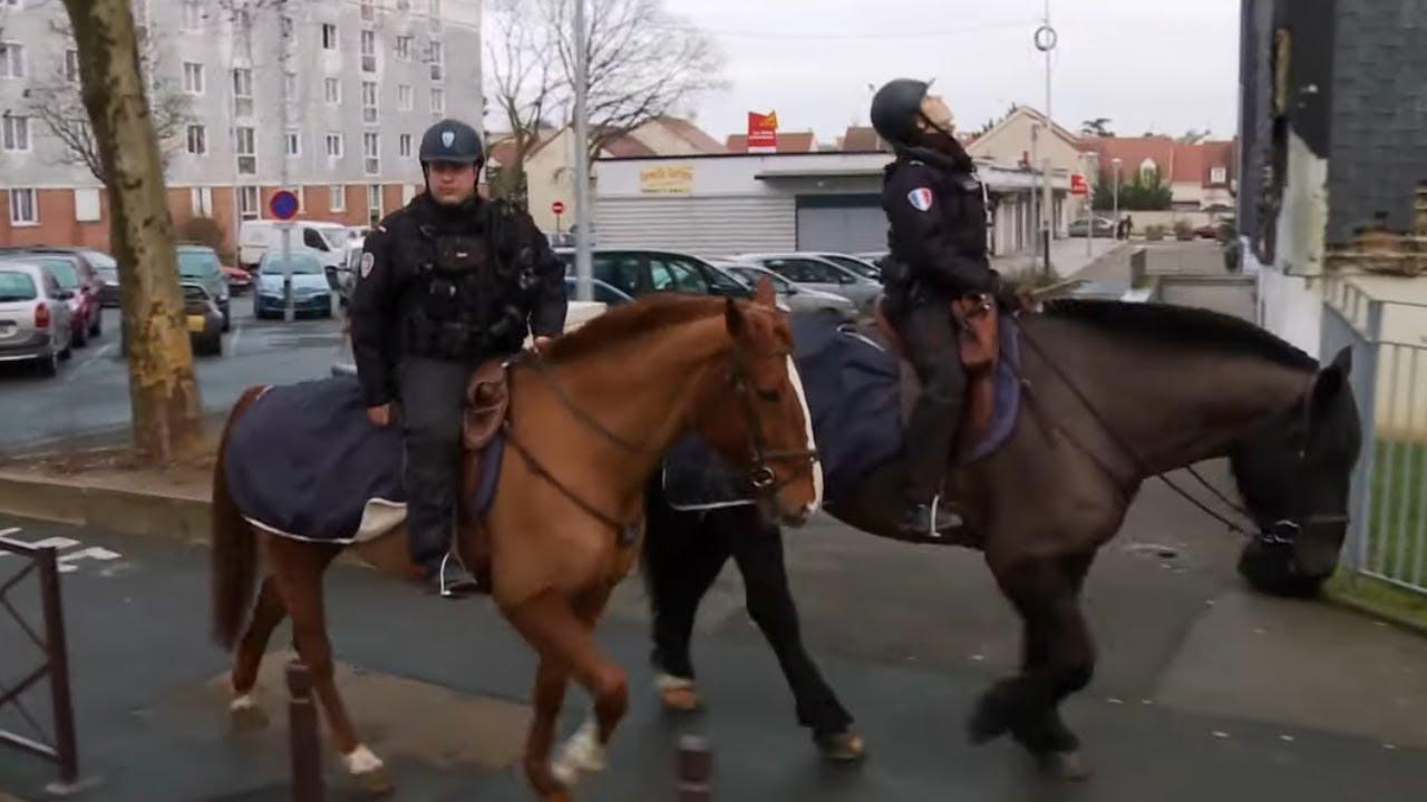 La police montée patrouille en banlieue parisienne