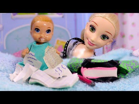 МЛАДШИЙ БРАТ ОБСЛЮНЯВИЛ ТЕТРАДИ МАШИ  / Играем в куклы Мама Барби