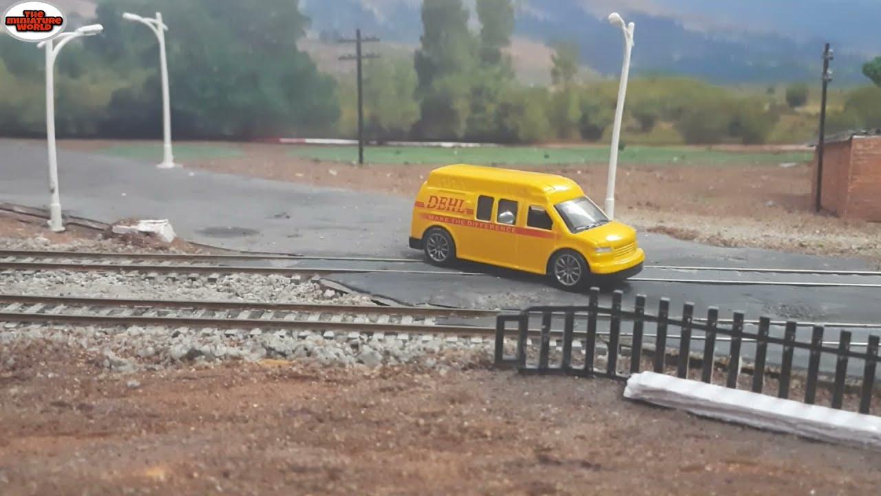 TRAFFIC AT RAILWAY CROSSING   MINIATURE TRAIN   DIECAST CAR   MODEL TRAIN HO SCALE