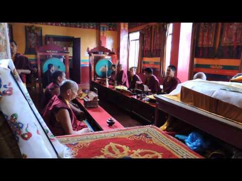 Monges rezando e cantando em Kathmandu
