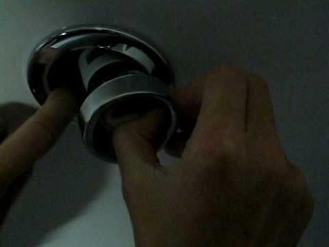 Замена лампочки в точечном светильнике