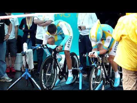 Tdf 2010 Rotterdam - Alberto Contador starts warming up, shows his eyes, smile