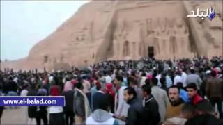 بالفيديو والصور.. 4 آلاف سائح ومصري يزورون معبد أبوسمبل خلال تعامد الشمس