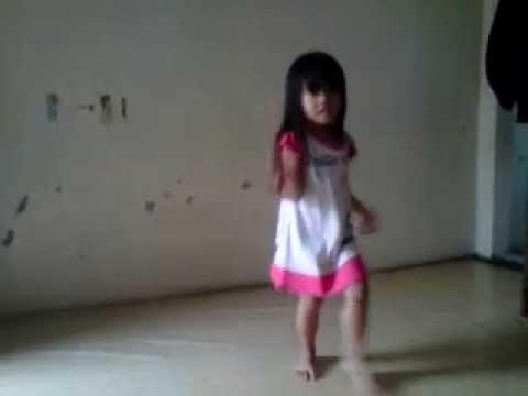 Anak kecil menari ke lagu Sakitnya tuh disini