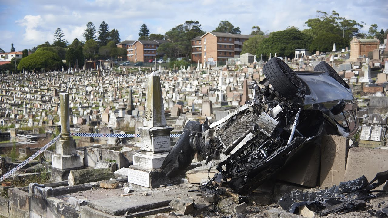 4wd-ploughs-into-sydney-cemetery
