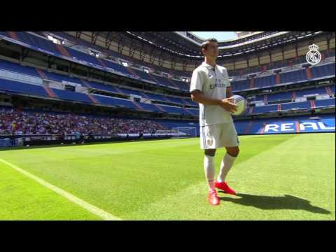 Real Madrid fans welcome Morata on the Bernabéu pitch!