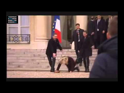 Helle Thorning-Schmidt falls down the stairs in Paris