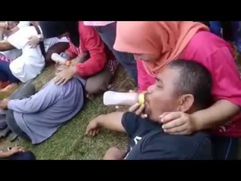 Bapak orang hisap susu di public