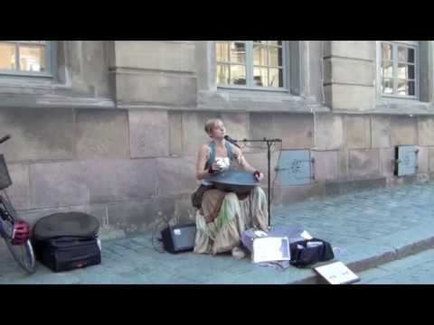 BRUTTIVIDEO BUSKERS Sweet blonde Girl playing Hung Drum & Singing in Stockholm street