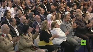 فيديو.. الأسد يتبادل التحية مع إحدى معلماته الحاضرات مراسم أداء القسم