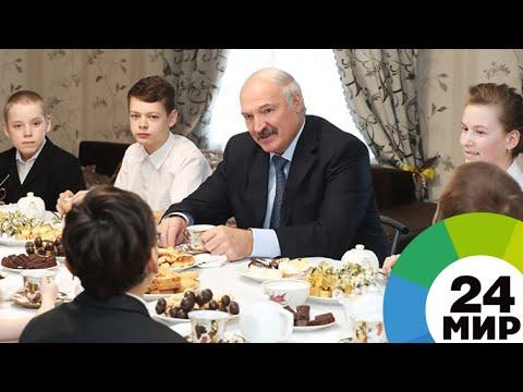 Лукашенко подарил многодетной семье из Гомельской области трактор - МИР 24