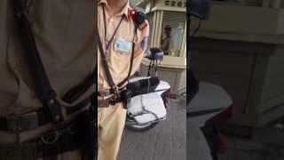 CSGT bắt láo bị taxi dạy bảo