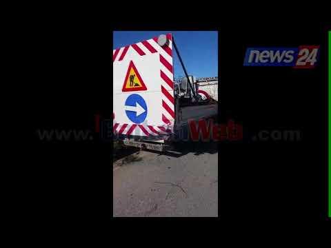 """Aksident i frikshëm në Vlorë, """"Benz""""-i përmbyset në rrugë, rëndë dy të rinj"""