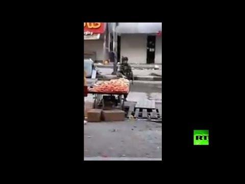 جنود إسرائيليون يسرقون فاكهة بائع فلسطيني!  - نشر قبل 2 ساعة