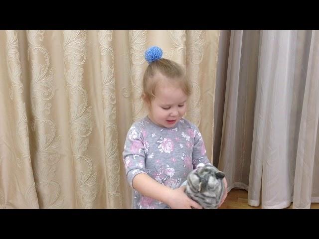 Изображение предпросмотра прочтения – ДарьяМашковцева читает произведение «Кисонька, Мурысонька» (Русский фольклор )
