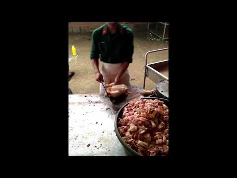 Thật không thể tin được! ... Khi bộ đội chặt thịt gà
