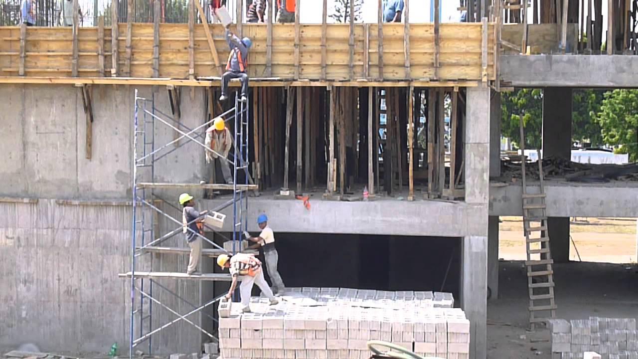 Alba iles maestros de la construcci n sin moverse suben for Construccion de piscinas con ladrillos