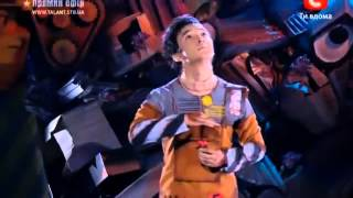 Atai Omurzakov fait la danse du robot