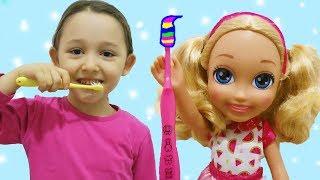 ÖYKÜ BARBİYE DİŞ FIRÇALAMAYI ÖĞRETİYOR chelsea doll at home