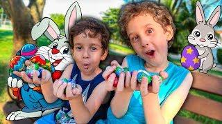CAÇA AOS OVOS DE PÁSCOA NO PARQUINHO com Paulinho e Toquinho - Crianças Brincando